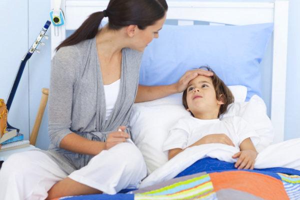 Как оказать ребенку первую помощь во время отравления?